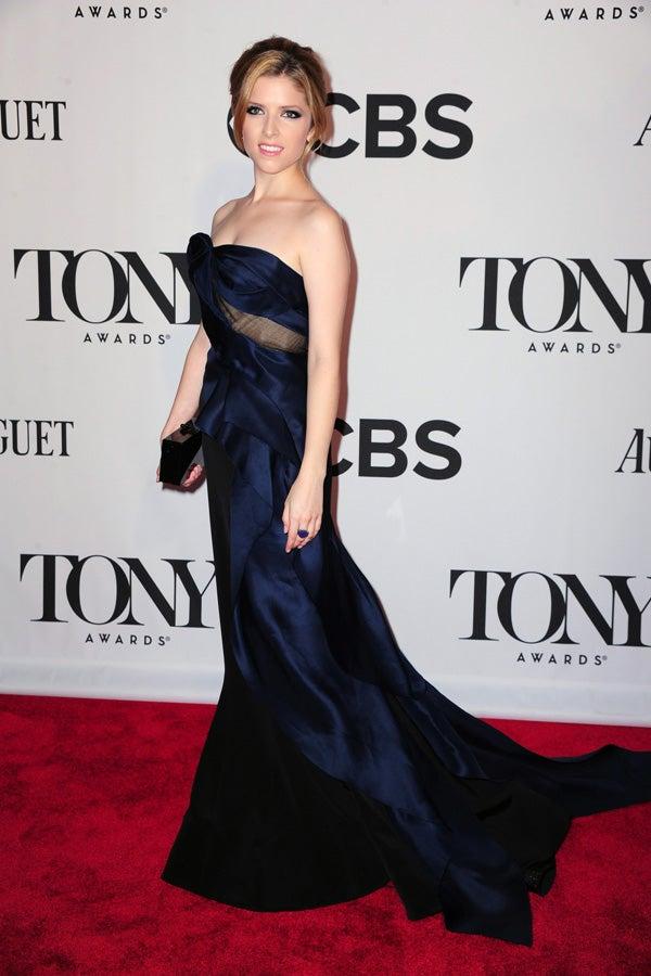 Anna Kendrick in Donna Karans Abendkleid blau in Tony Auszeichnungen