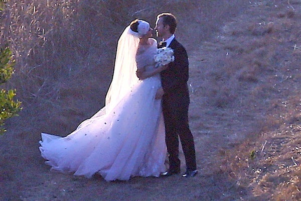Anne hathaway wedding dress celebrity weddings ffnhathawayshulmanwedpremiereff09291250901997 junglespirit Gallery
