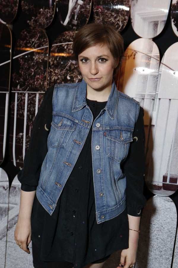Lena Dunham Nails The Leg Pop Pose And Pouty Face Awesome